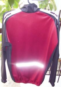 A piros-fekete Elastic téli kabát hátulja